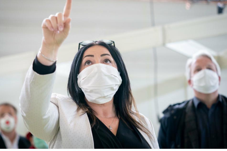 Dilek Kalayci (SPD), Gesundheitssenatorin, besichtigt zusammen mit Abgeordneten den Baufortschritt des Corona-Behandlungszentrums in der Jaffestraße, das als Reservekrankenhaus auf dem Messegelände eingeplant wird.