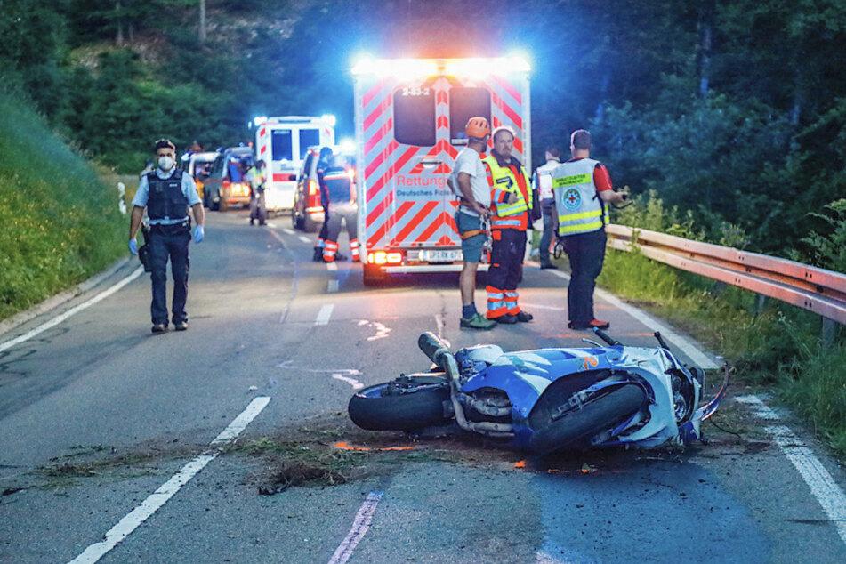 Das Motorrad liegt auf der Straße. Der 31-jährige Fahrer starb bei dem Unfall.