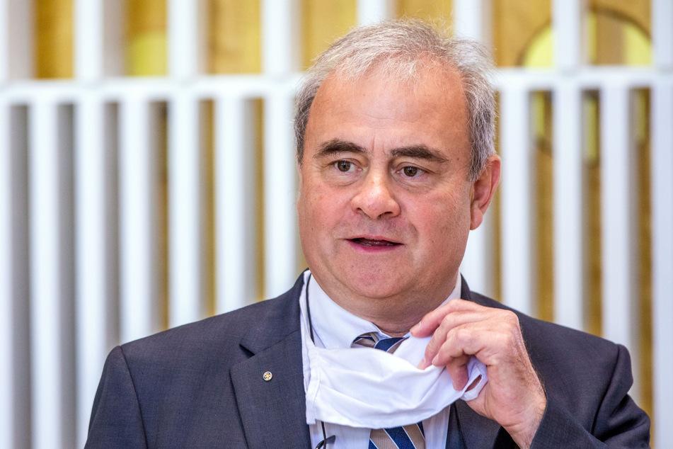 Emil Reisinger (62), Leiter der Abteilung für Tropenmedizin und Infektiologie der Unimedizin Rostock.