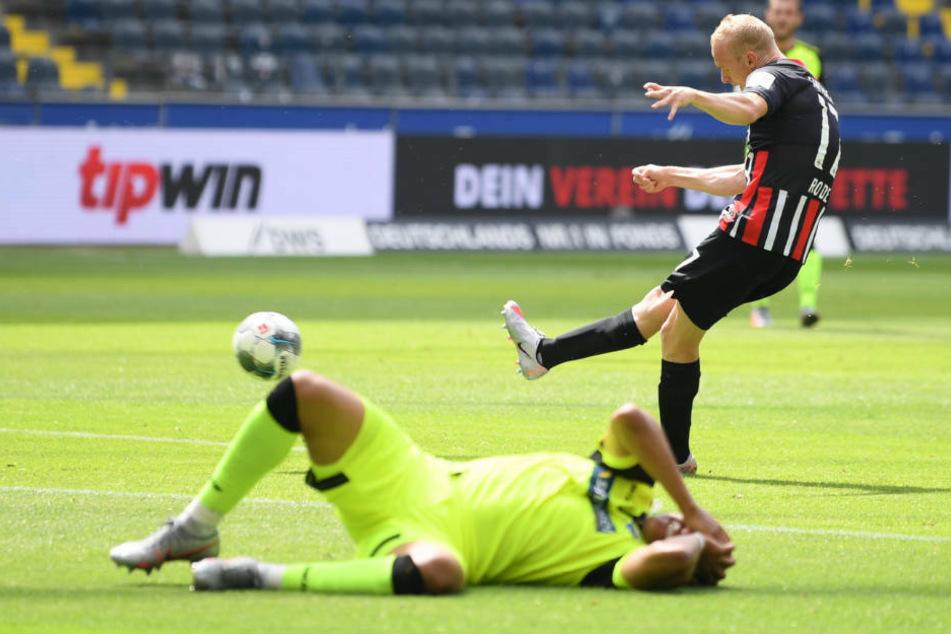 Paderborns Abdelhamid Sabiri liegt nach seinem Zusammenstoß mit einem Mitspieler auf dem Boden, während Sebastian Rode das 1:0 für Eintracht Frankfurt schießt.