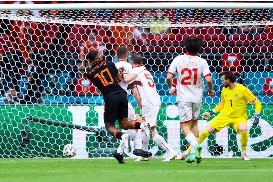 Der umstrittene Führungstreffer: Barca-Neuzugang Memphis Depay (l.) schießt aus elf Metern zum 1:0 für die Niederlande ein.