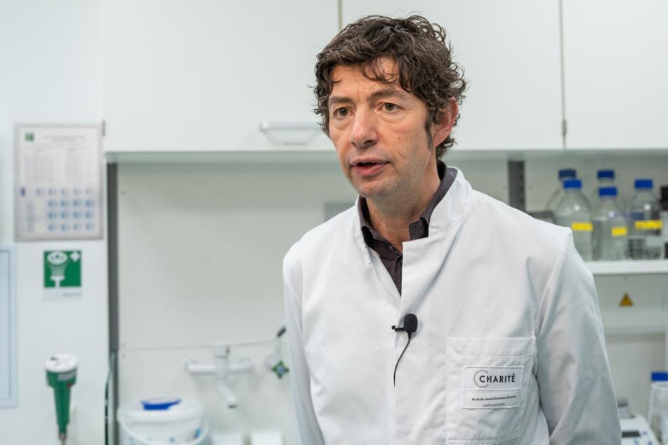 Christian Drosten, Direktor des Instituts für Virologie an der Charité in Berlin, steht im Institut für Virologie an der Charité Berlin Mitte, in dem Untersuchungen zum Coronavirus laufen.