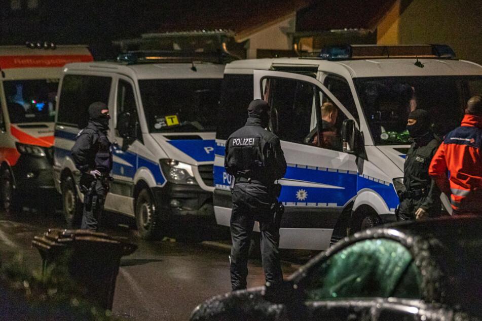 Polizeieinsatzkräfte durchsuchen im Bereich Backnang ein Haus.