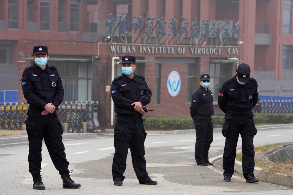 Sicherheitspersonen stehen vor dem Eingang des Wuhan Instituts für Virologie (WIV).