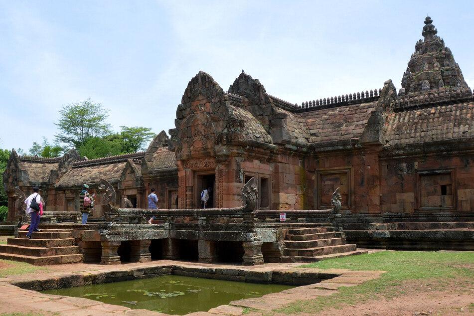 Touristen besuchen eine Tempelanlage im Phanom Rung Historical Park, auch unter dem Namen Prasat Hin Khao Phanom Rung bekannt.