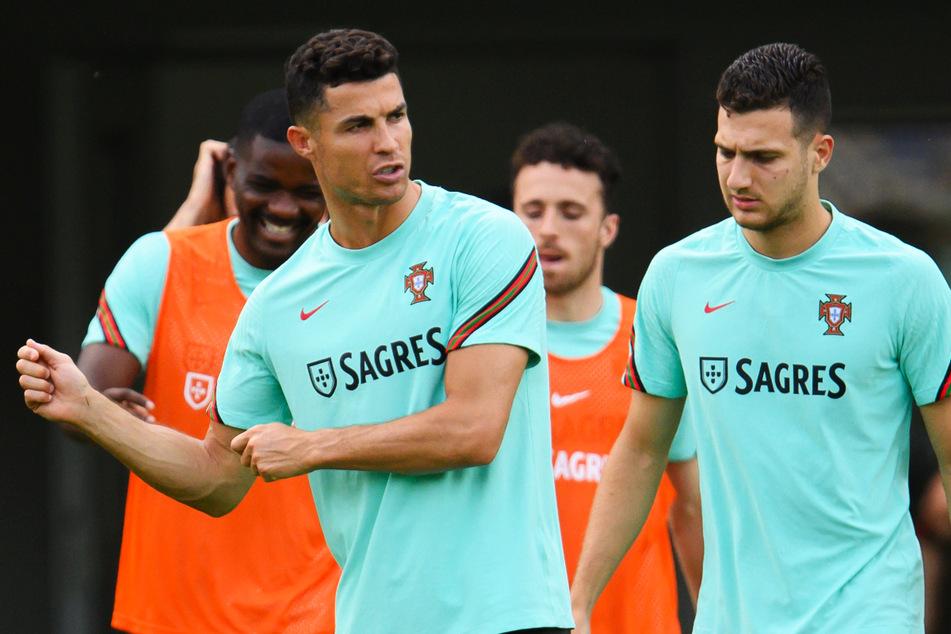 Der portugiesische EM-Teilnehmer Diogo Dalot (22, r.), hier mit Superstar Cristiano Ronaldo (36, 2.v.l.), soll von Manchester United geholt werden.