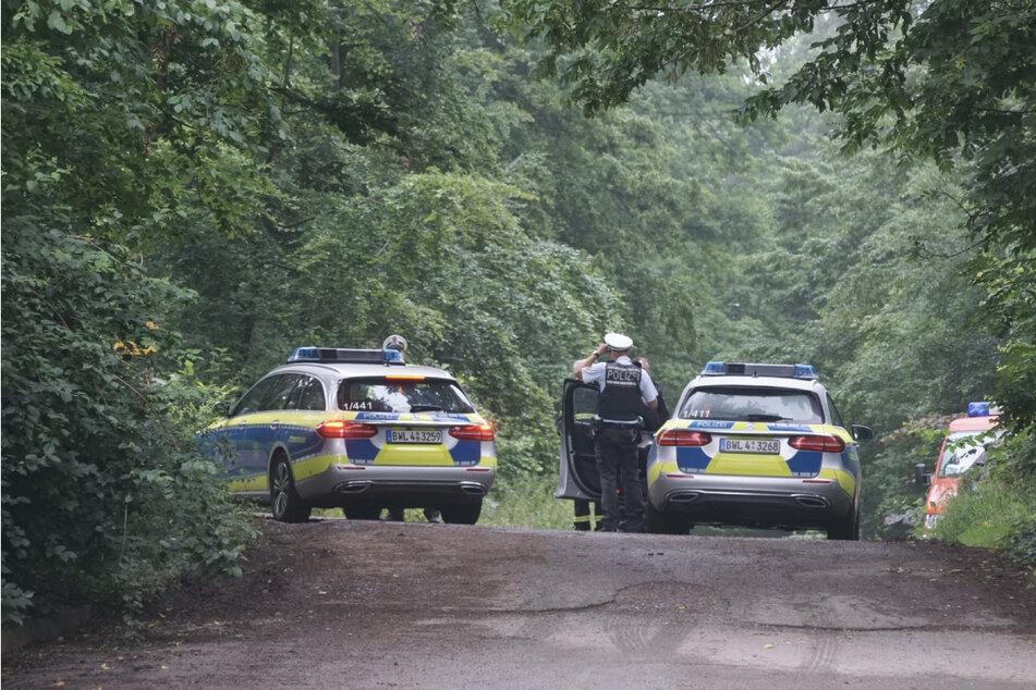 Polizisten stehen vor der Unglücksstelle. Ein Kleinflugzeug ist in der Nähe von Böblingen abgestürzt.