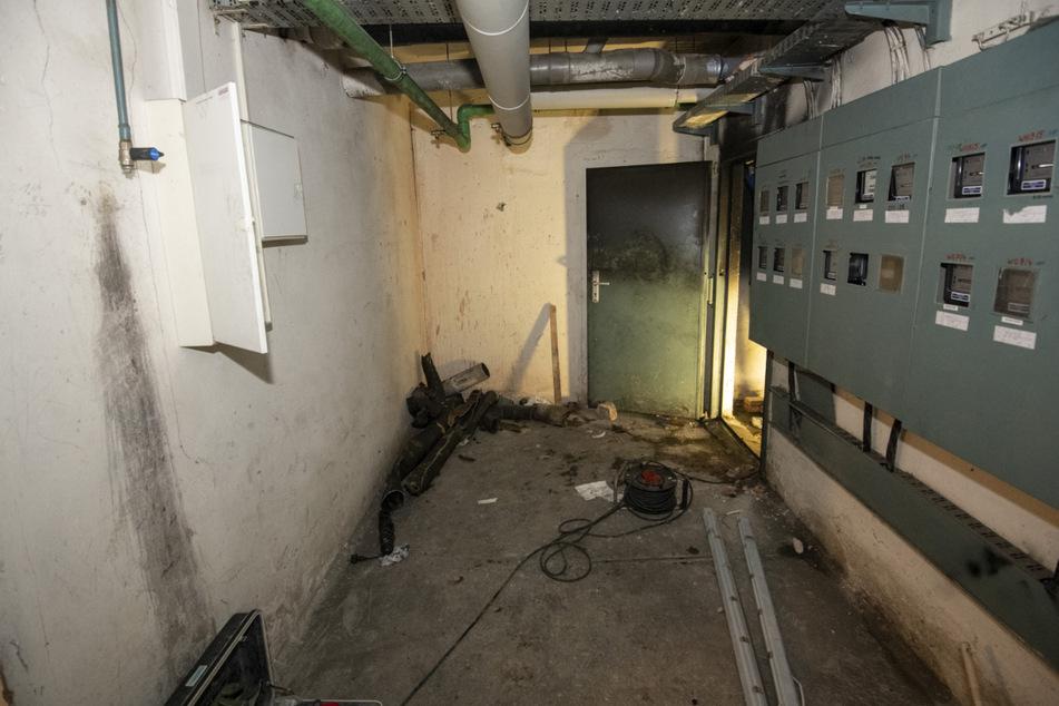 Brandstiftung: Unbekannte entzündeten unter einem Wohnhaus eine Matratze.