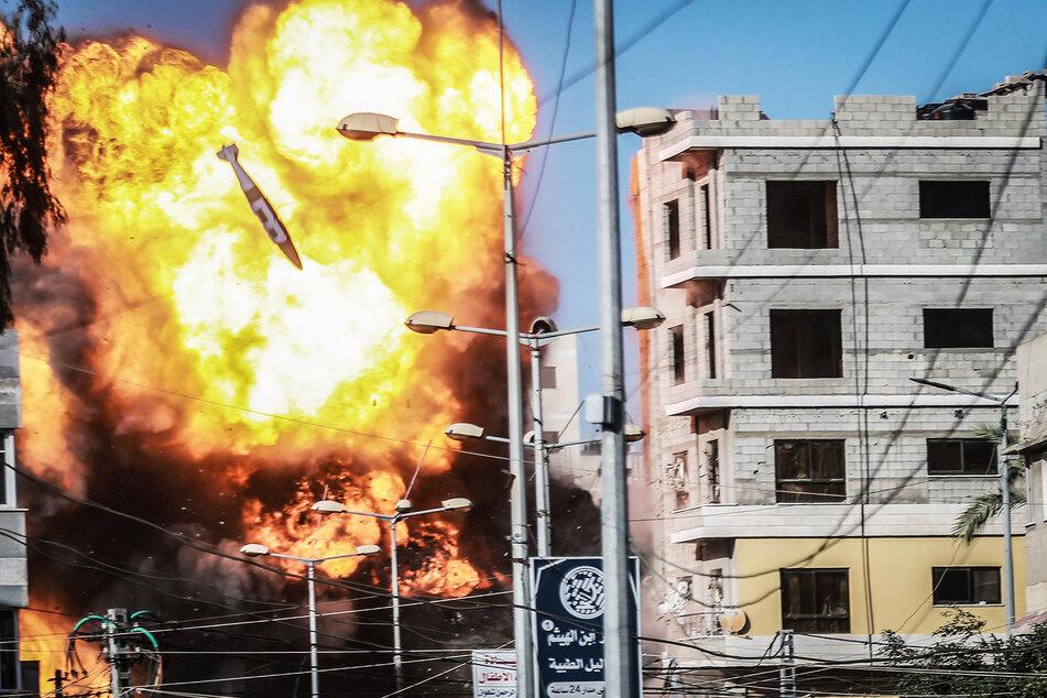 Gebäude, das mit der Terrororganisation Hamas in Verbindung steht, explodiert, nachdem es von einem israelischen Luftangriff getroffen wurde.