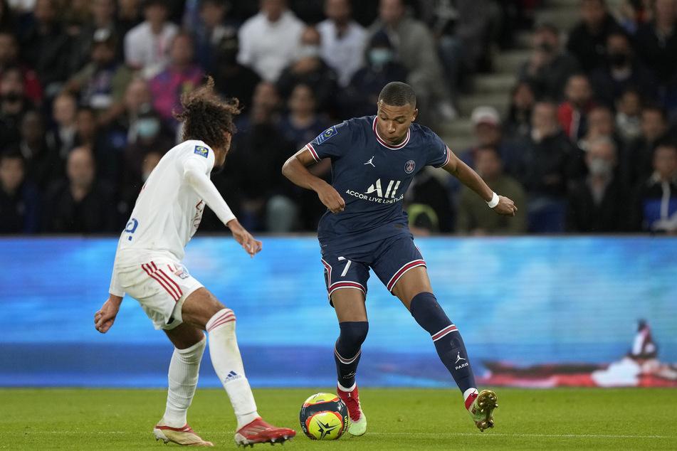 Der Stürmerstar attackiert am sechsten Spieltag gegen Olympique Lyon. Mbappe (22, r.) hat schon 4 Treffer und 3 Vorlagen in dieser Saison gesammelt.