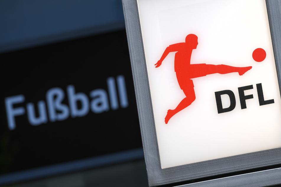 Das Logo der Deutschen Fußball Liga (DFL) prangt im Frankfurter Westend vor einem Bürohaus, Sitz der DFL-Zentrale.