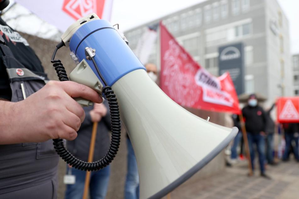 """IG Metall ruft zu weiteren Warnstreiks auf: """"Lösung vor Ostern"""" gefordert"""