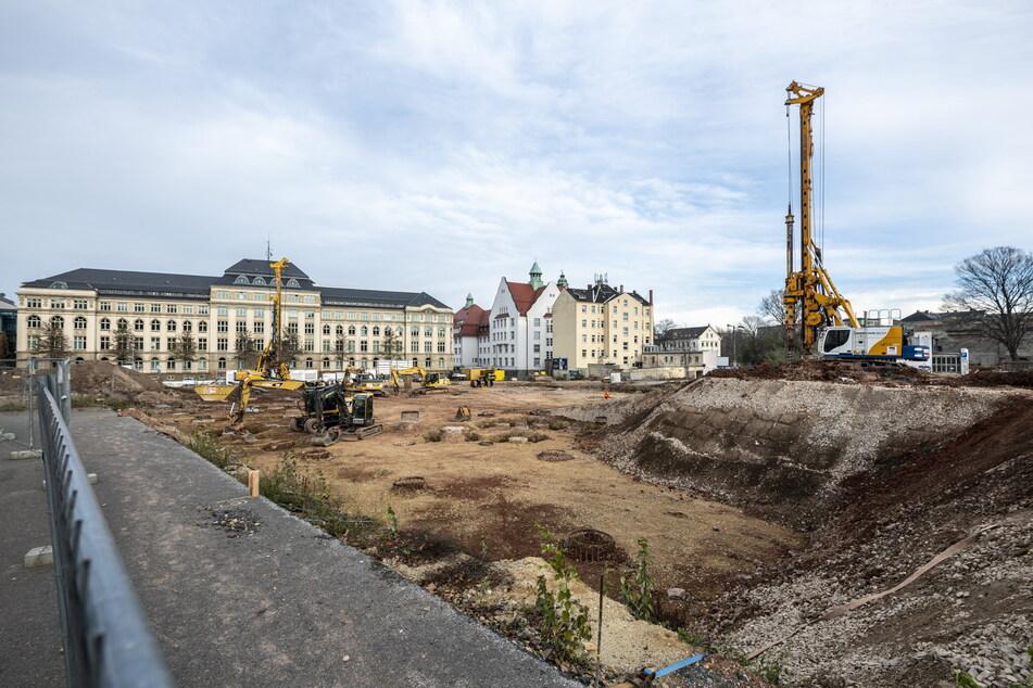 Auf der Baustelle der neuen Oberschule auf dem Hartmannplatz lief bis April alles rund - dann wurde eine Bombe gefunden.
