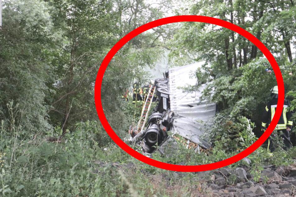 Zurzeit untersucht die Polizei, warum der Laster durch die Leitplanke gebrochen und die Brücke heruntergestürzt ist.