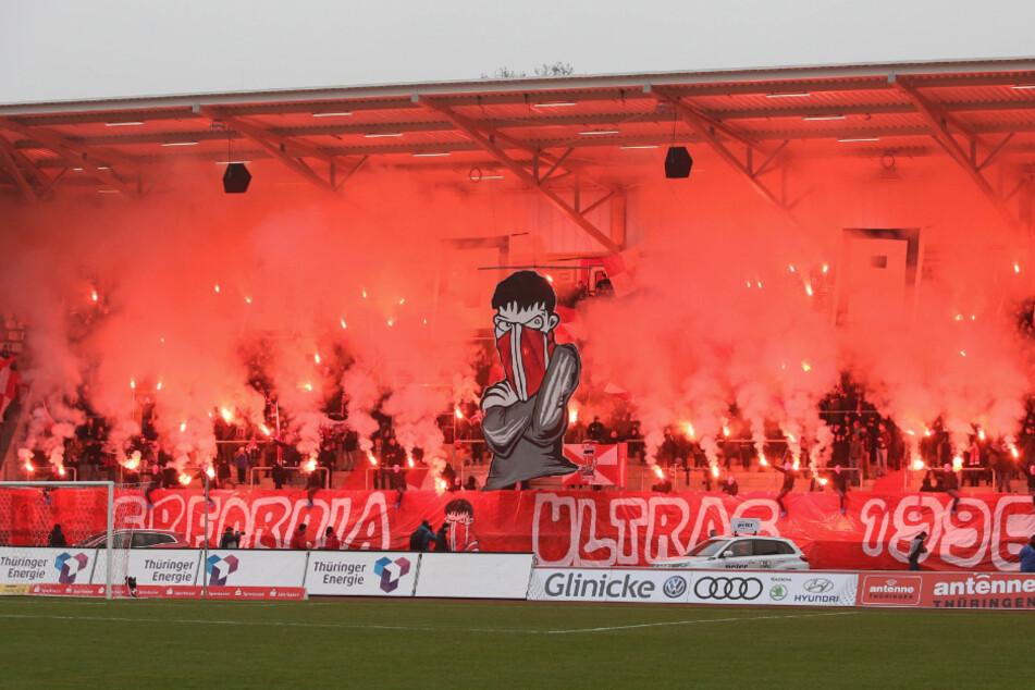 Fans der FC Rot-Weiß Erfurt starten vor dem Spiel eine Pyroshow. Der Verein hat Rechtsmittel gegen den Beschluss des Thüringer Fußball-Verbands eingelegt. (Archivbild)