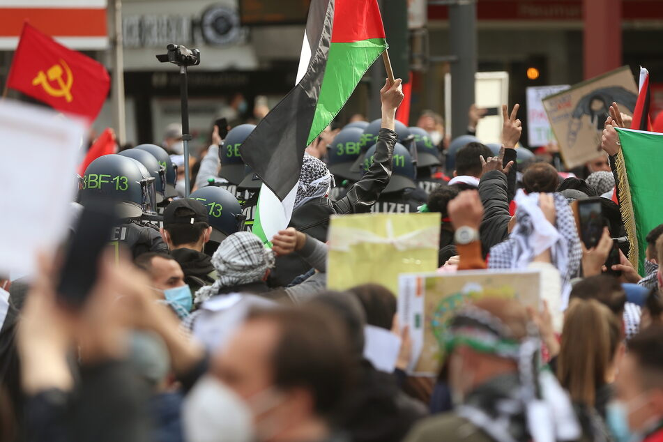 In Köln musste eine Demonstration vorzeitig beendet werden, weil mehr als doppelt so viele Menschen gekommen waren wie ursprünglich angemeldet.