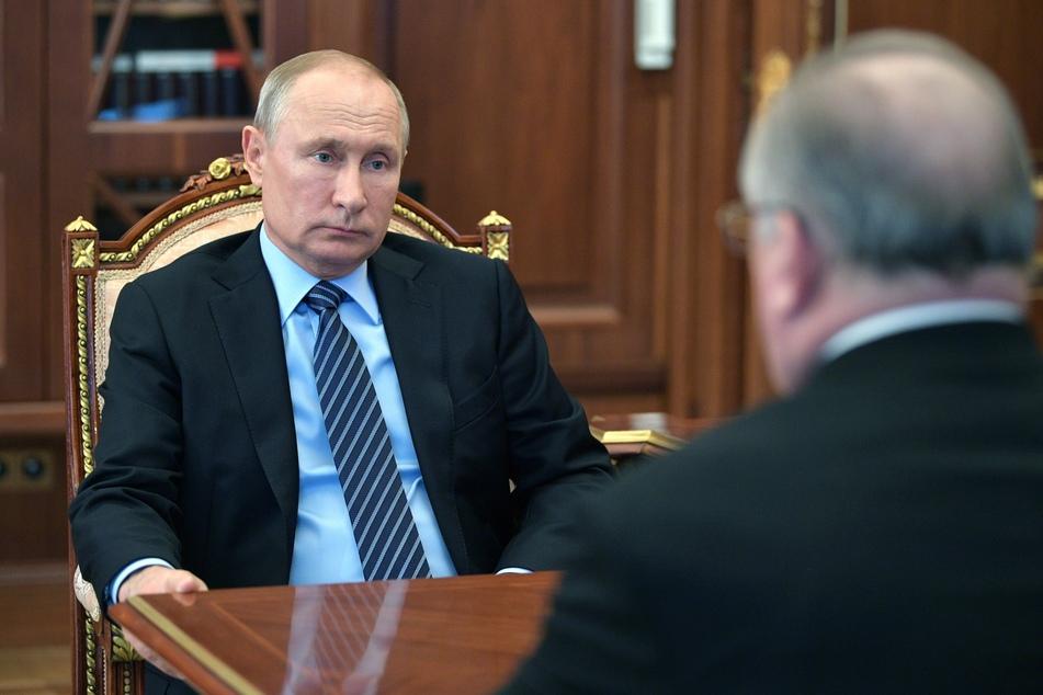 Wladimir Putin (l), Präsident von Russland.