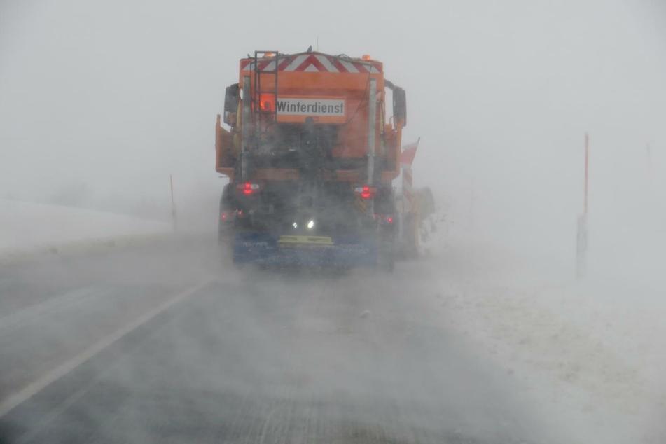 Am Mittag war ein Schneepflug auf der B 93 unterwegs, um die Schneewehen zu beseitigen.