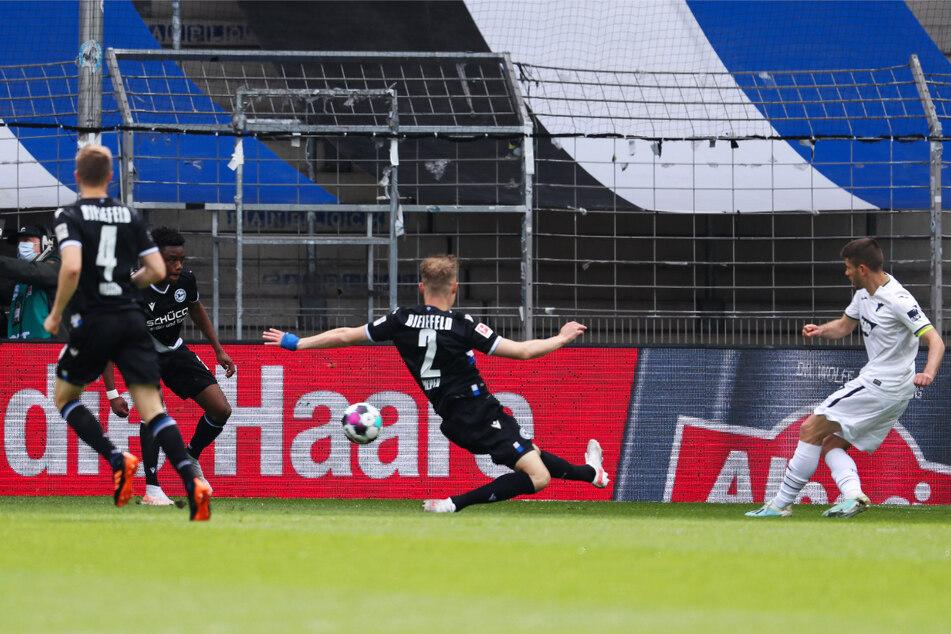 Das erste Tor des Nachmittags: Andrej Kramaric (r.) bringt die TSG 1899 Hoffenheim mit 1:0 bei Arminia Bielefeld in Führung. Mittlerweile steht es 1:1.