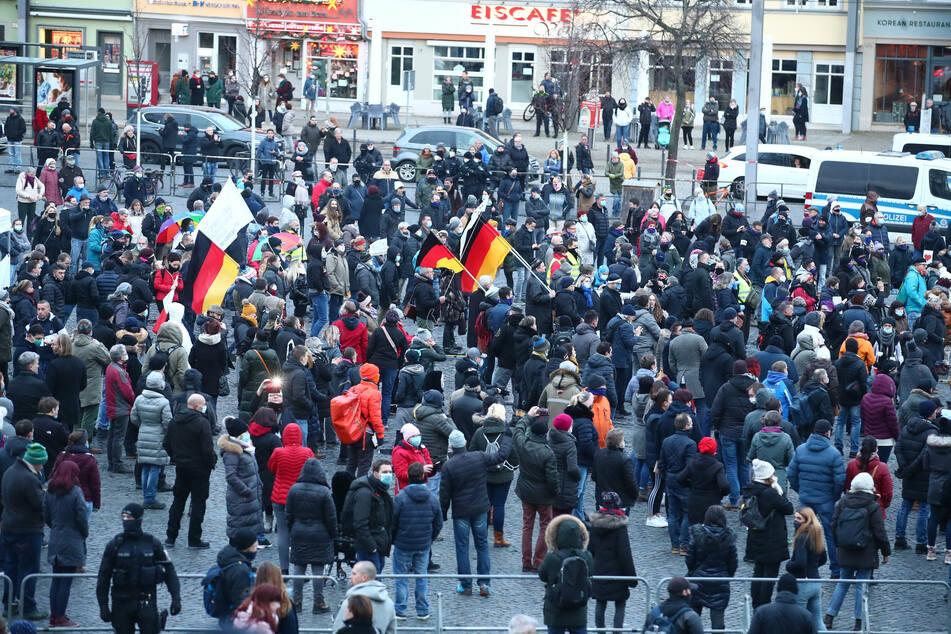 """Teilnehmer Kundgebung """"Thüringen steht zusammen"""" gegen die Corona-Maßnahmen stehen auf dem Domplatz in Erfurt. Initiativen aus ganz Thüringen haben sich am Samstag für die Kundgebung zusammen getan."""
