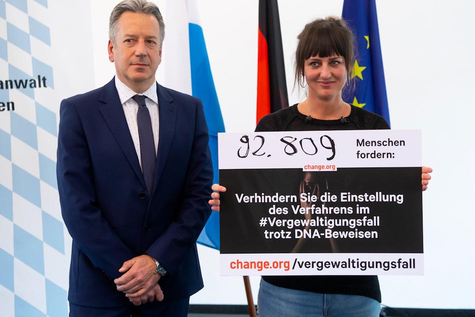 Nina Fuchs (r), Petitionsstarterin, übergibt Thomas Weith, Oberstaatsanwalt, in der Generalstaatsanwaltschaft 92 809 Unterschriften für eine Petition.