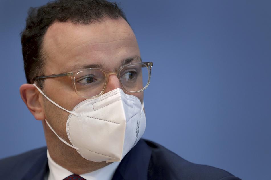 Bundesgesundheitsminister Jens Spahn (CDU) trägt vor der Pressekonferenz eine FFP2 Maske.