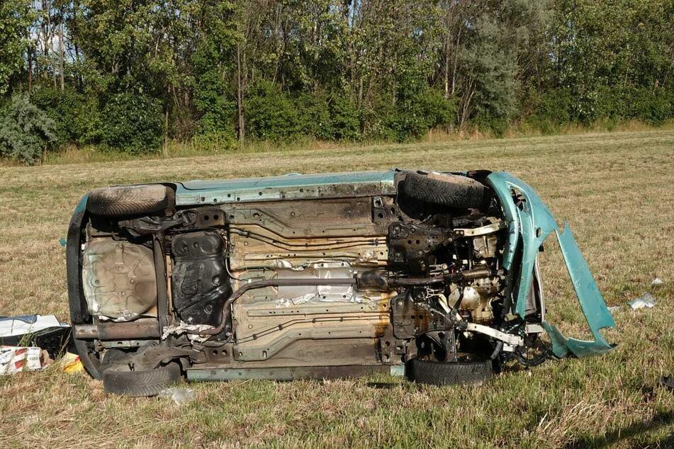 Autofahrerin (74) knallt in Leitplanke und überschlägt sich