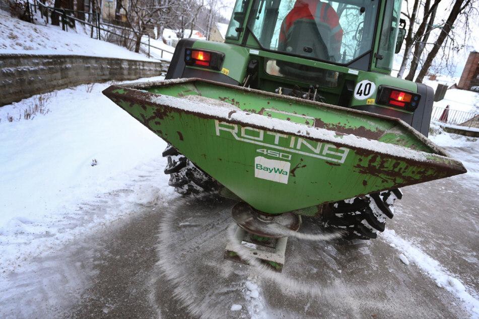 Die Winterdienste hatten in Bayern alle Hände voll zu tun. (Symbolbild)