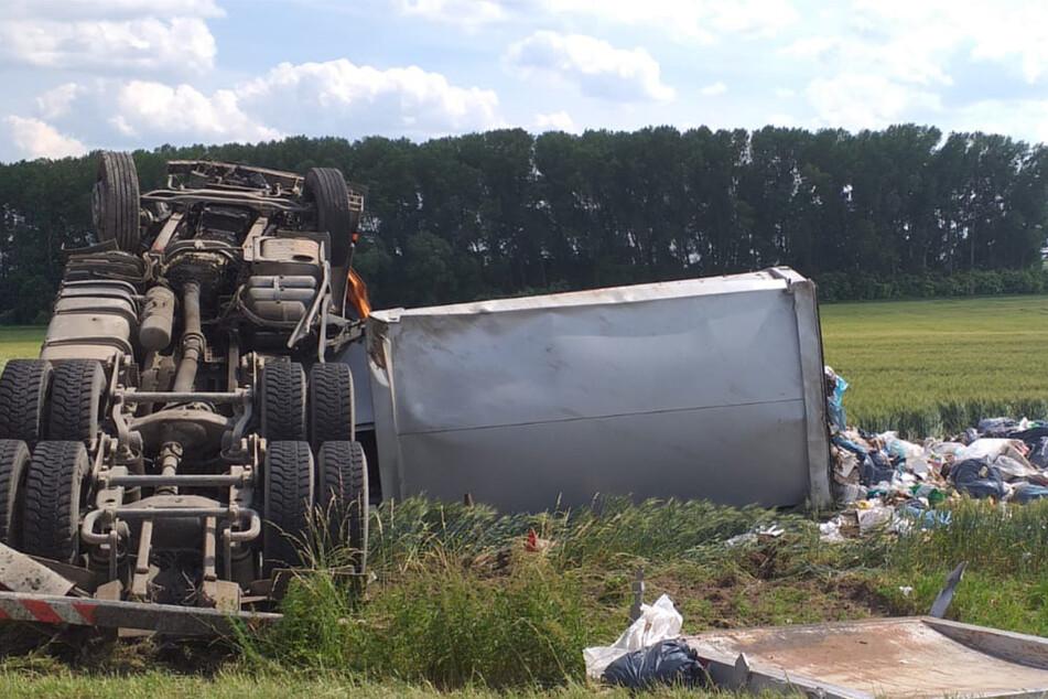 Der Lastwagen blieb auf dem Dach liegen und verlor seine Fracht.