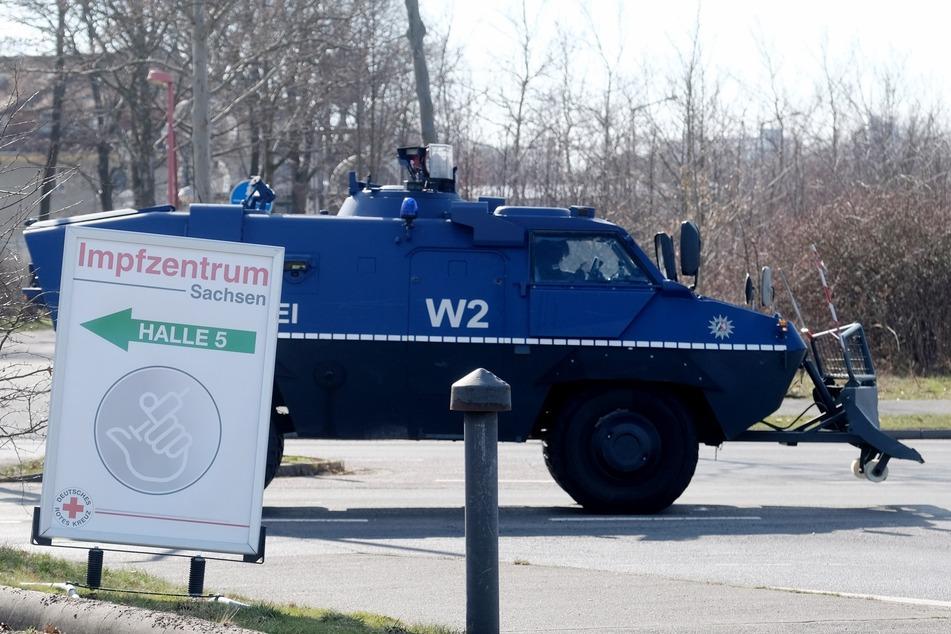 Ein gepanzertes Fahrzeug der Polizei fährt an der Leipziger Messe entlang, in der sich ein Impfzentrum befindet. Dorthin wollten die Autokorsos der Corona-Kritiker ursprünglich fahren.