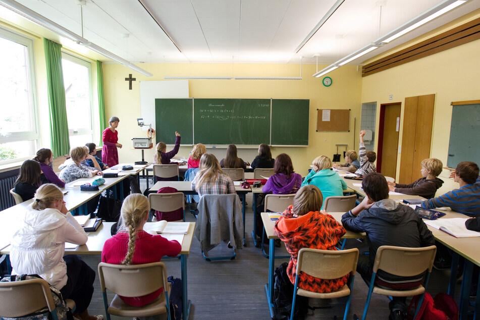 Eine 8. Klasse sitzt in einem Klasssenraum in der Realschule Ascheberg in Nordrhein-Westfahlen. (Archivbild)