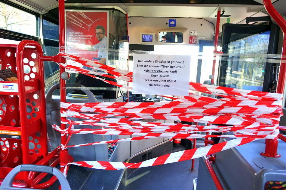 Der vordere Bereich des Busses ist abgesperrt -so sollen die Busfahrer vor einer Infektion geschützt werden.