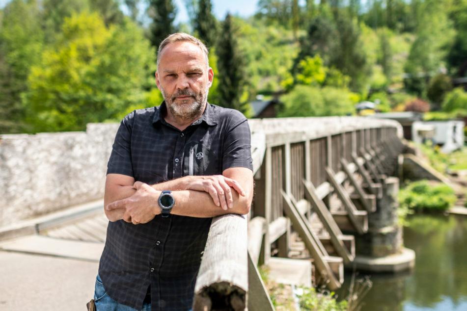In der Krise investieren: Bürgermeister Dirk Neubauer (48, SPD) an der Zschopau-Brücke in Augustusburg-Hennersdorf.