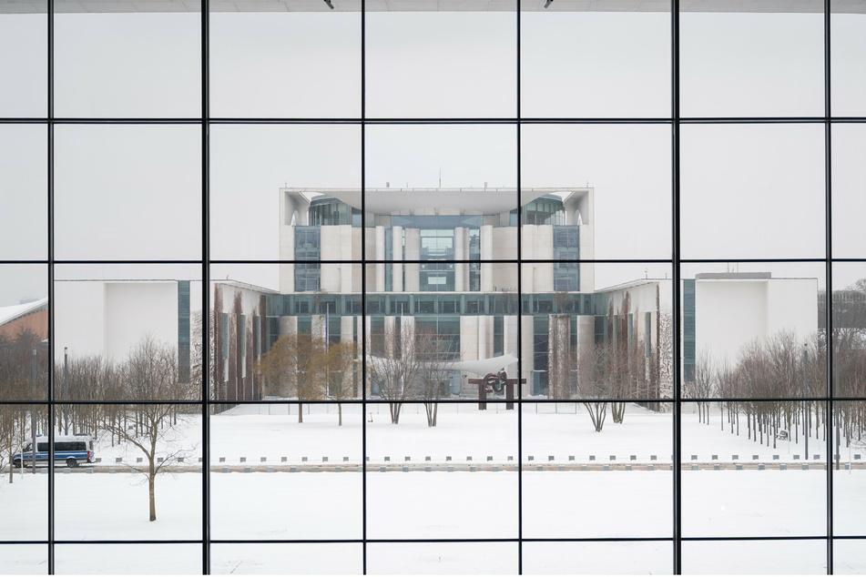 Das Bundeskanzleramt ist vor der Bund-Länder-Runde durch die Fensterfront des Paul-Löbe-Hauses zu sehen.