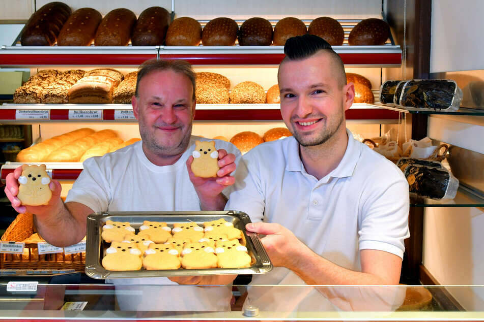 Der Renner in Ullersdorf! Bäckermeister Thomas Nitschke (54, l.) und sein Geselle Erik Urwank (32) animieren ihre Kunden zum Hamster-Kauf.