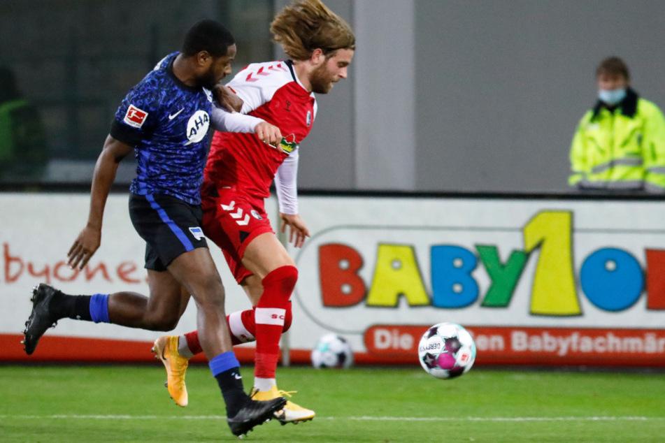 Hertha BSC bringt sich immer wieder selbst um den Ertrag. Deyovaisio Zeefuik (l.) verursacht gegen Lucas Höler einen Elfmeter.