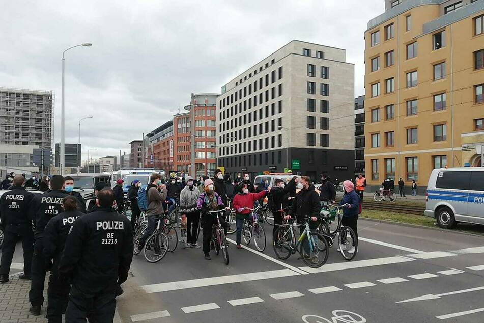 Fahrradfahrer der Gegendemonstration am Ostplatz.