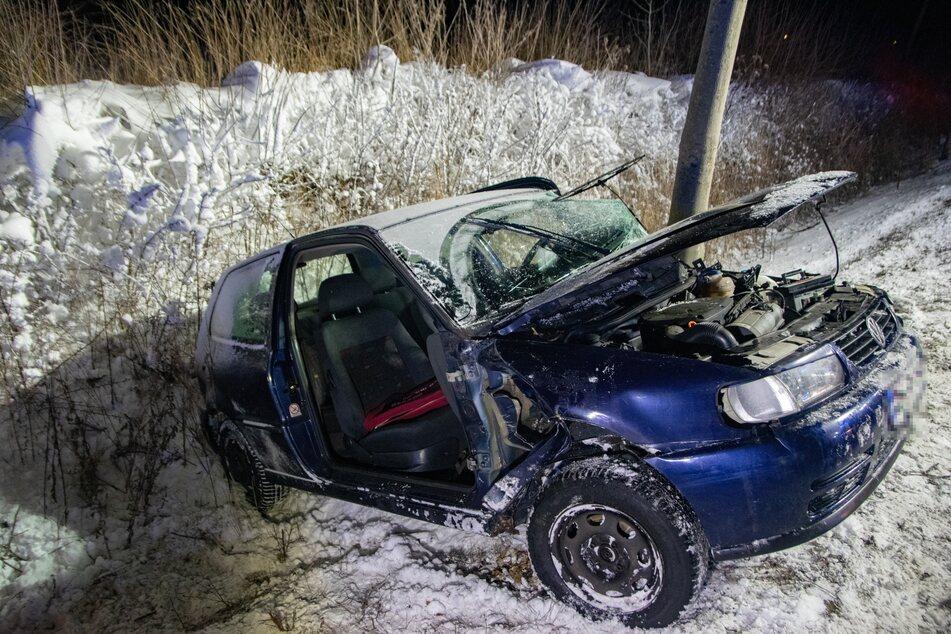 Der Wagen kam nach der Kollision mit einem Baum in einem Straßengraben zum Stehen.