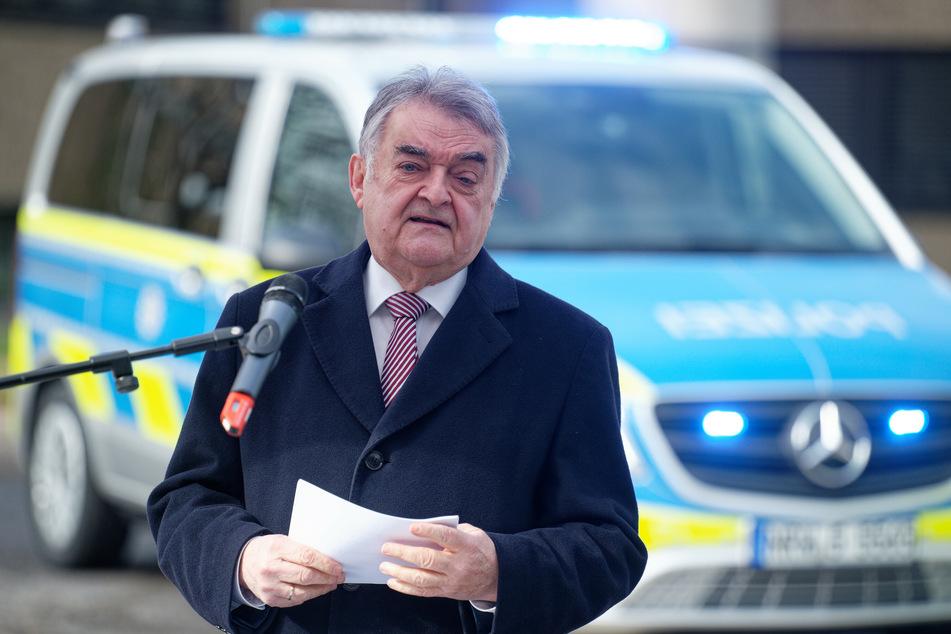Nordrhein-Westfalens Innenminister Herbert Reul (68, CDU) spricht bei der Vorstellung neuer Einsatzfahrzeuge der Autobahnpolizei.