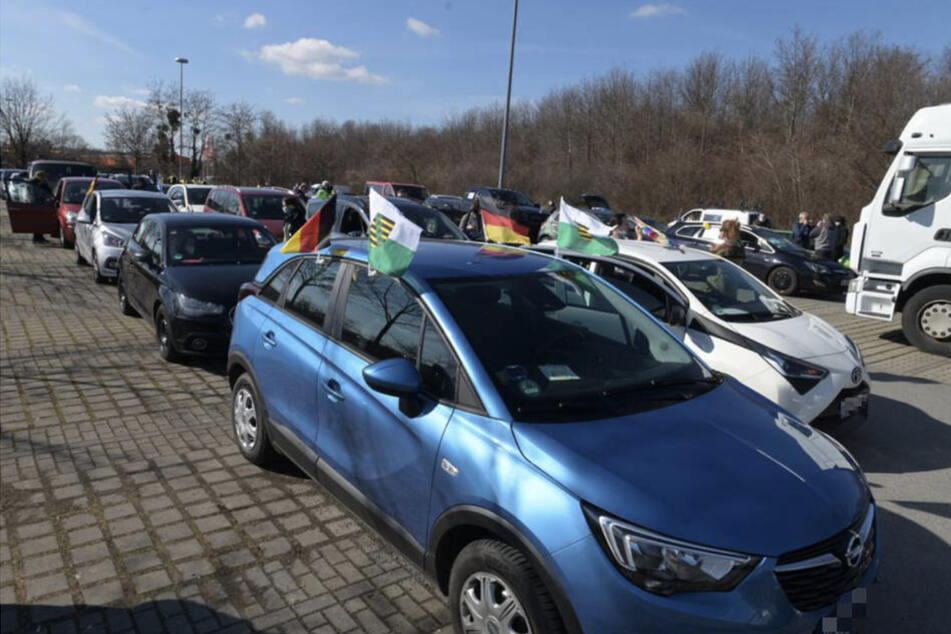 Die Teilnehmer sammelten sich, um gemeinsam nach Leipzig zu fahren.