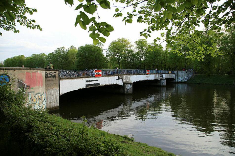 Am Freitagabend griffen mehrere Personen zwei junge Männer auf der Sachsenbrücke an und raubten ihre Musikbox.
