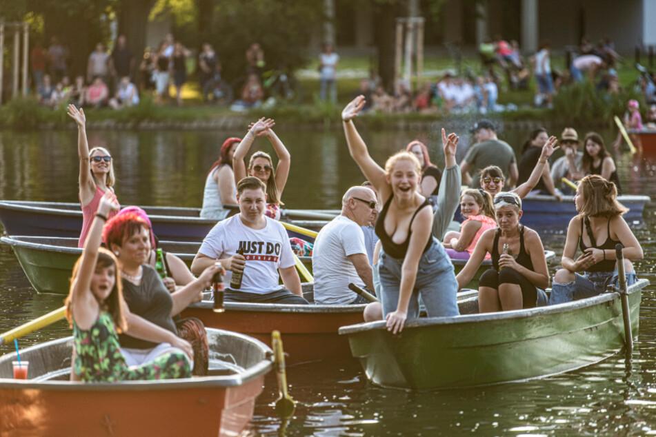 Corona-Konzert der anderen Art: Besucher lauschen dem DJ-Duo vom Wasser aus.