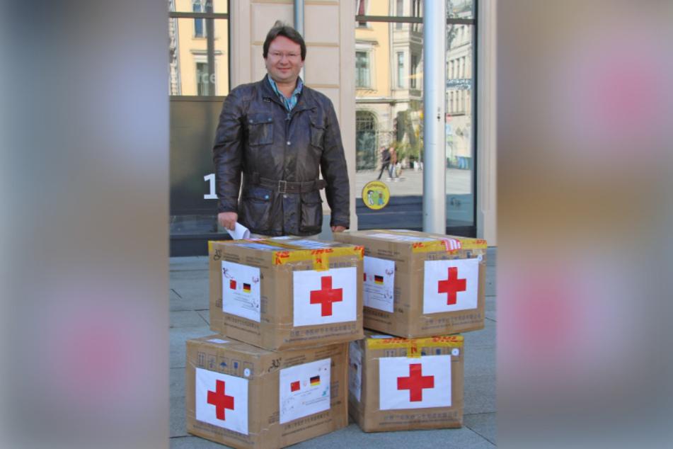 Sven Dietrich, Beauftragter für Städtepartnerschaften, mit den vier Kartons, die am Montag eintrafen.