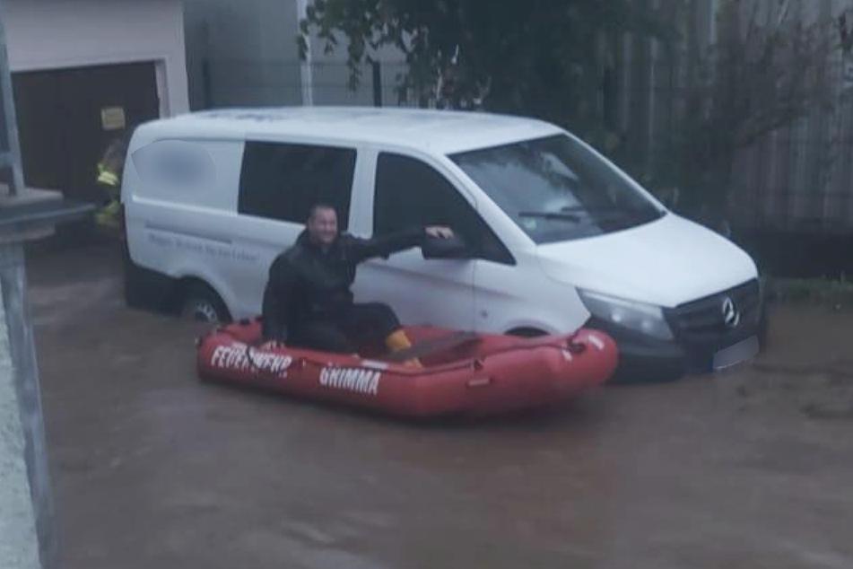 In Grimma bewegten sich die Kameraden der Feuerwehr per Boot durch die Wasserstraßen.