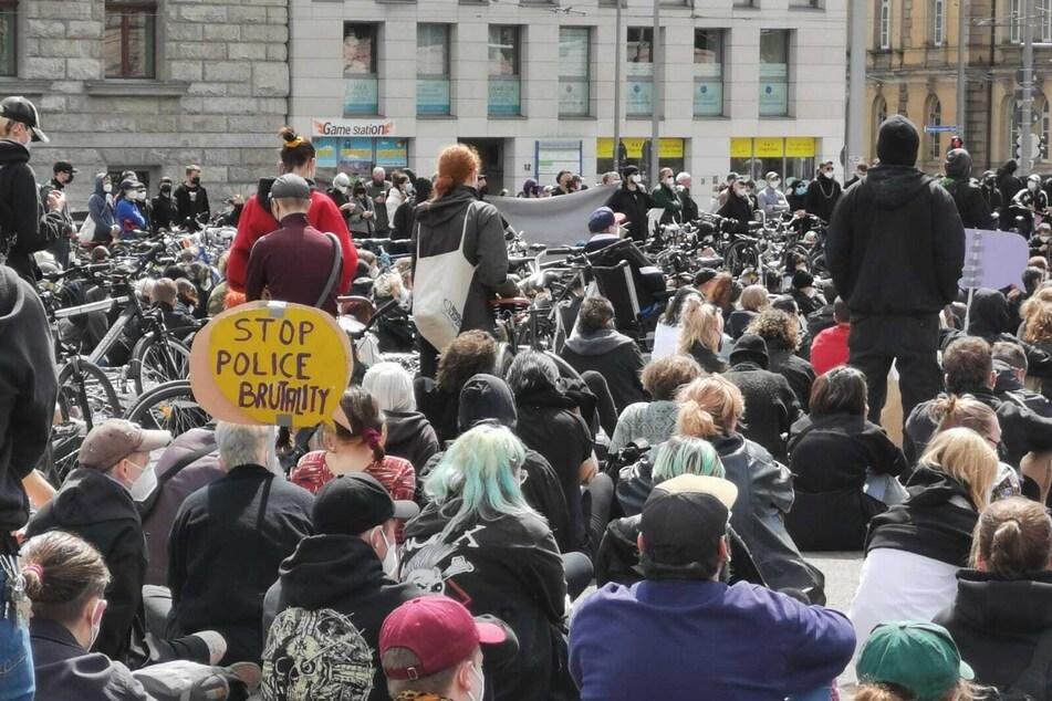 """Rund 1000 Menschen hatten sich zu Demo """"Wir sind alle LinX"""" am Wilhelm-Leuschner-Platz versammelt."""