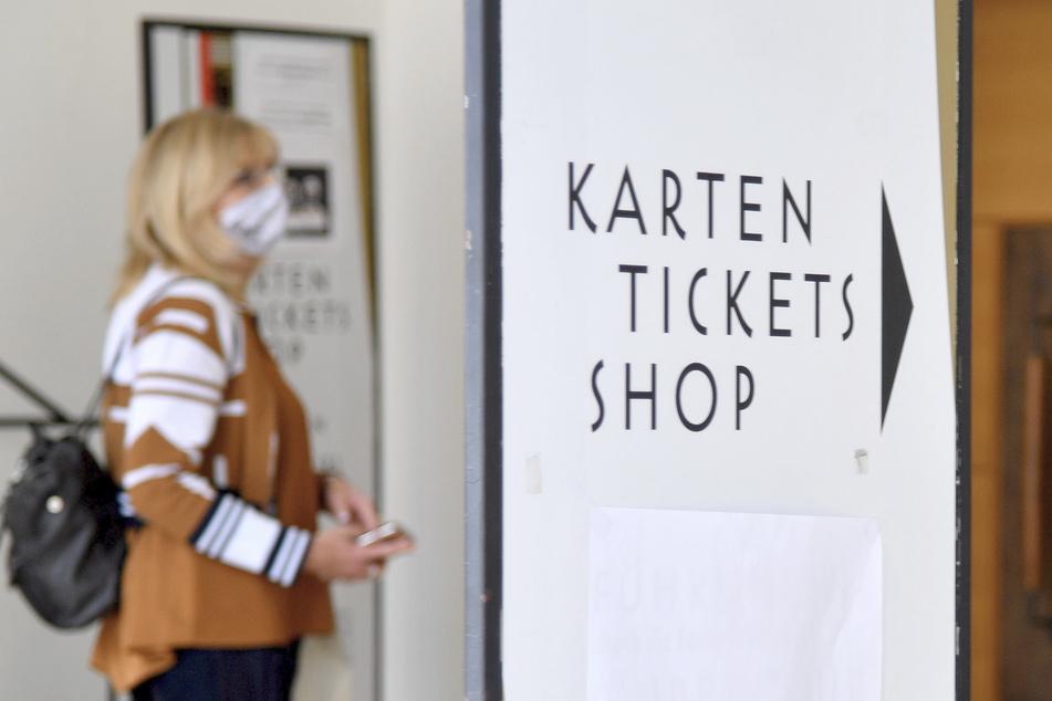 Eine Frau mit Mund-Nasen-Schutz wartet vor dem Ticketbüro der Salzburger Festspiele. (Archivbild)