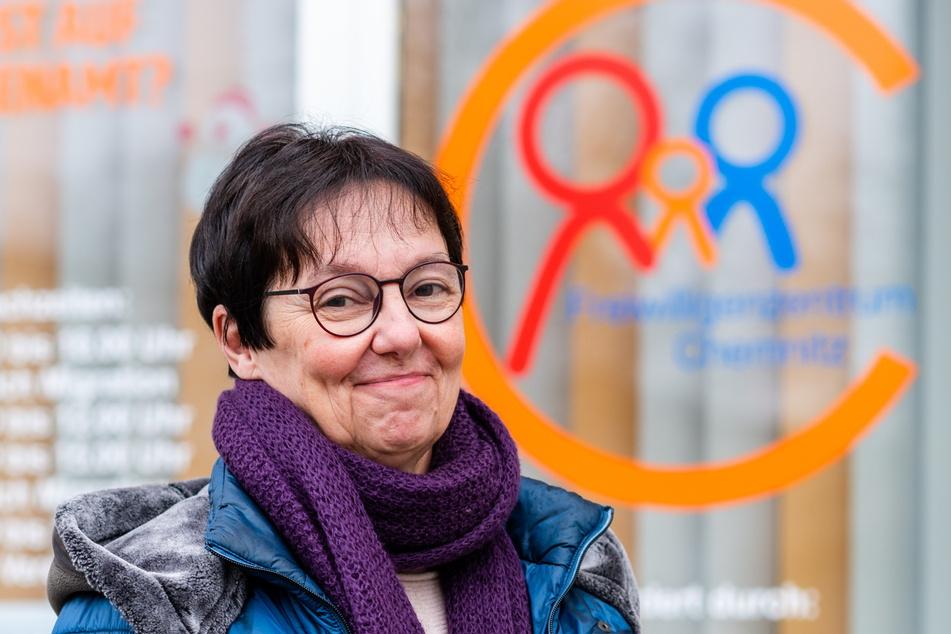 Das Freiwilligenzentrum bietet eine Corona-Alltagshilfe an. Leiterin Veronika Förster (63) freut sich über die vielen Helfer.