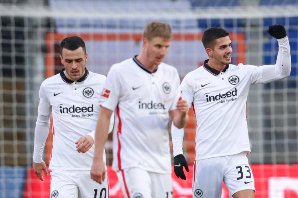 Filip Kostic, Martin Hinteregger und André Silva (v.l.) freuen sich über den souveränen Auswärtssieg.