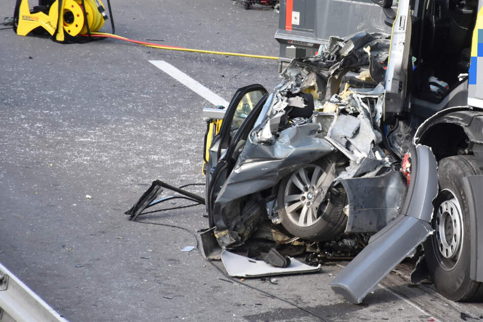 Horror-Unfall: Lastwagen fährt auf Stauende auf, Frau in BMW zu Tode gequetscht