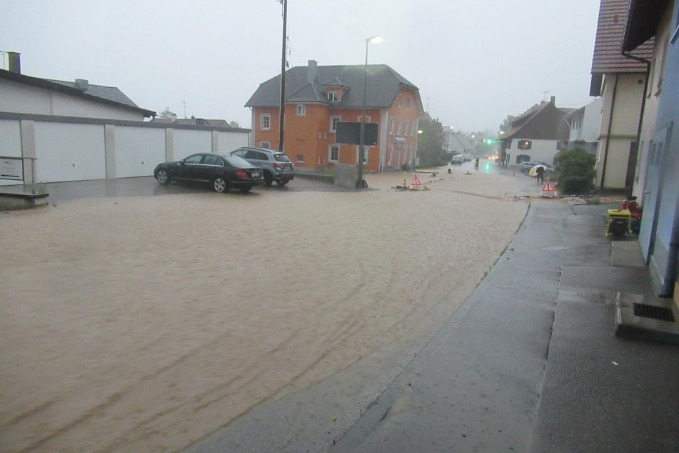 Eine überflutete Straße im Ortsteil Mühlhausen im Landkreis Konstanz. Nach Unwettern mit Starkregen waren dort am Donnerstag weite Teile des Orts überschwemmt.